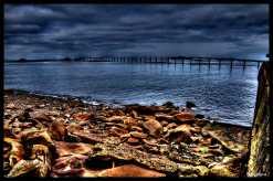 plage-aux-galets-et-pont