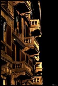 Balcons au coin d'une rue