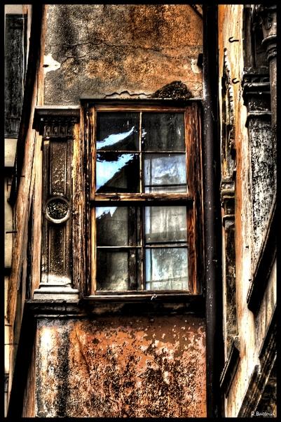 Fenêtre au coin d'une rue