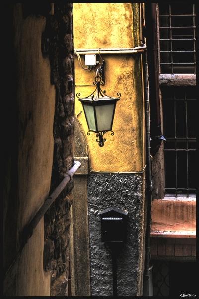 Lampadaire au coin d'une rue